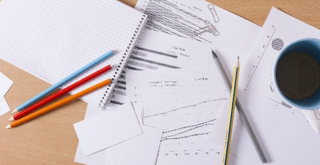 書類と鉛筆