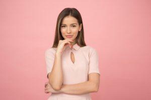 ピンク色の服を着る女性