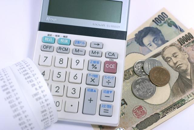 領収書と電卓と日本のお金