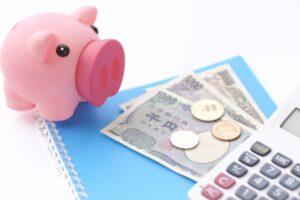 豚の貯金箱とお金と電卓
