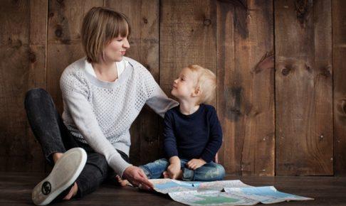 男の子に地図を見せる女性
