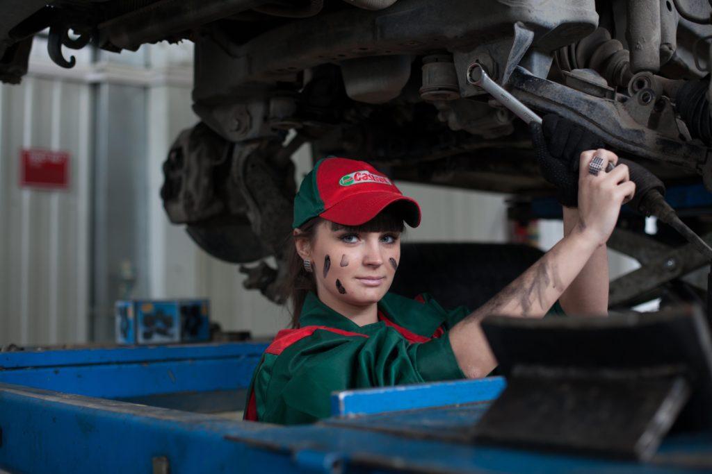 自動車の整備をする女性