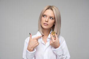 金貨を指さす女性