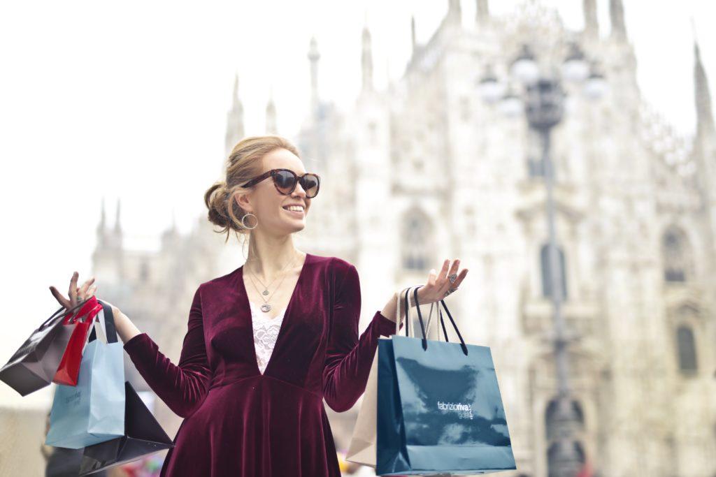 海外旅行で買い物をして散在する女性