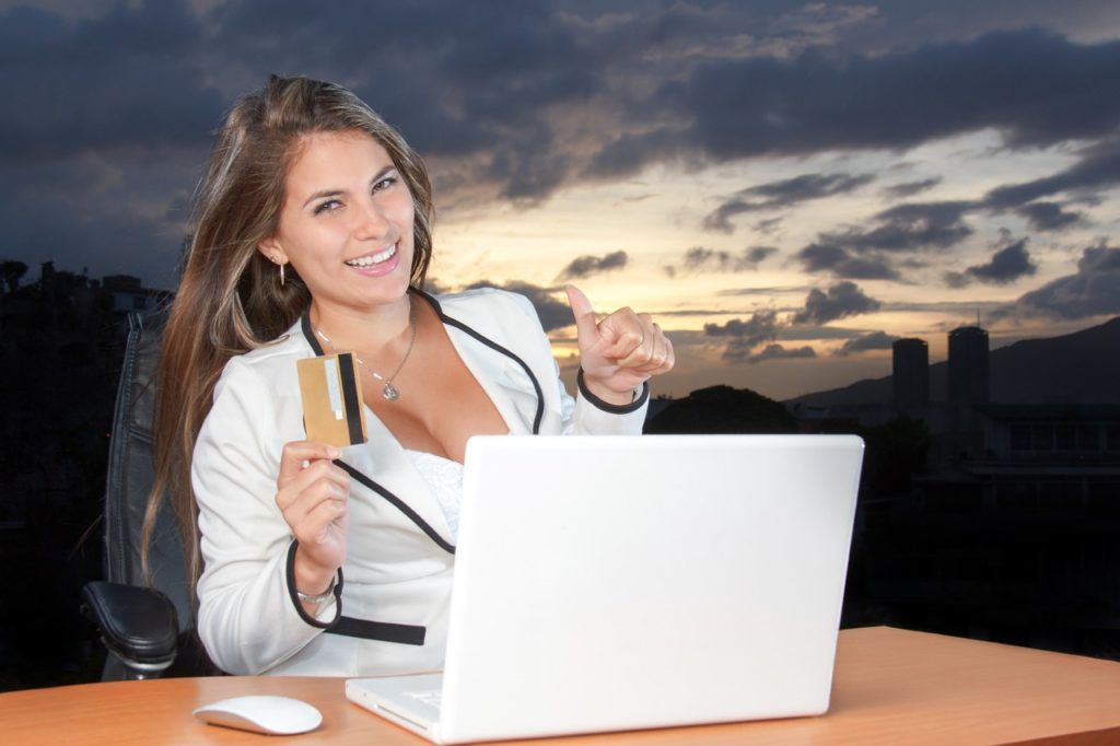 クレジットカードを持って笑う女性