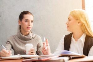 話し合う二人の女性