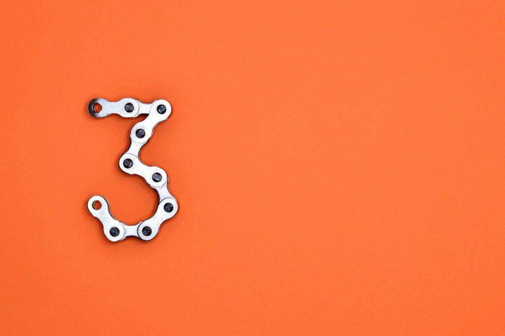 オレンジの上に置かれた3という数字