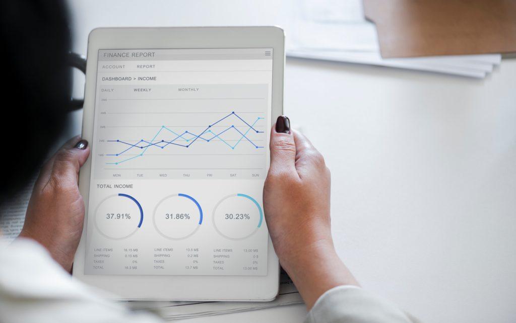 iPadでグラフやチャートを見る女性