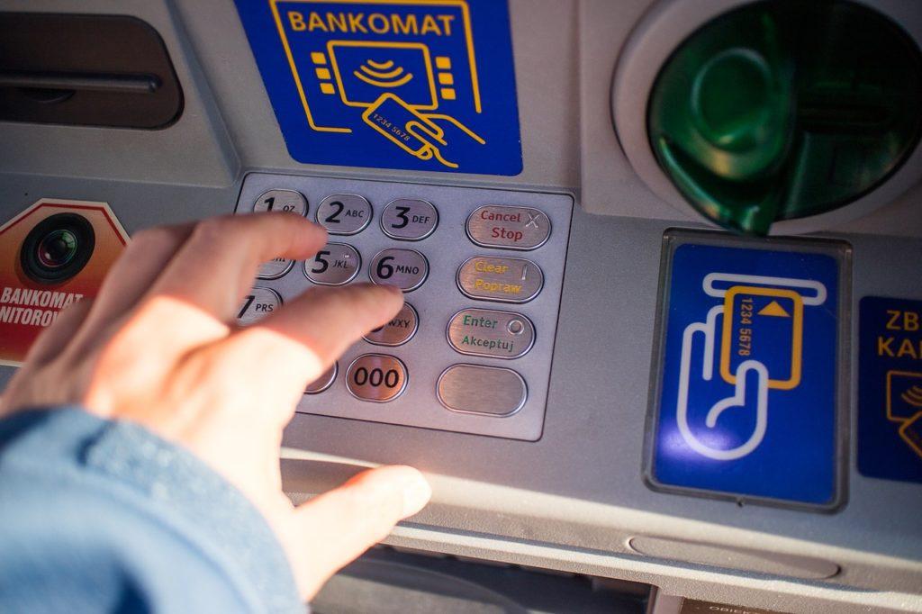 ATMで番号を記入しようとする手