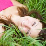 芝生に横たわる女性