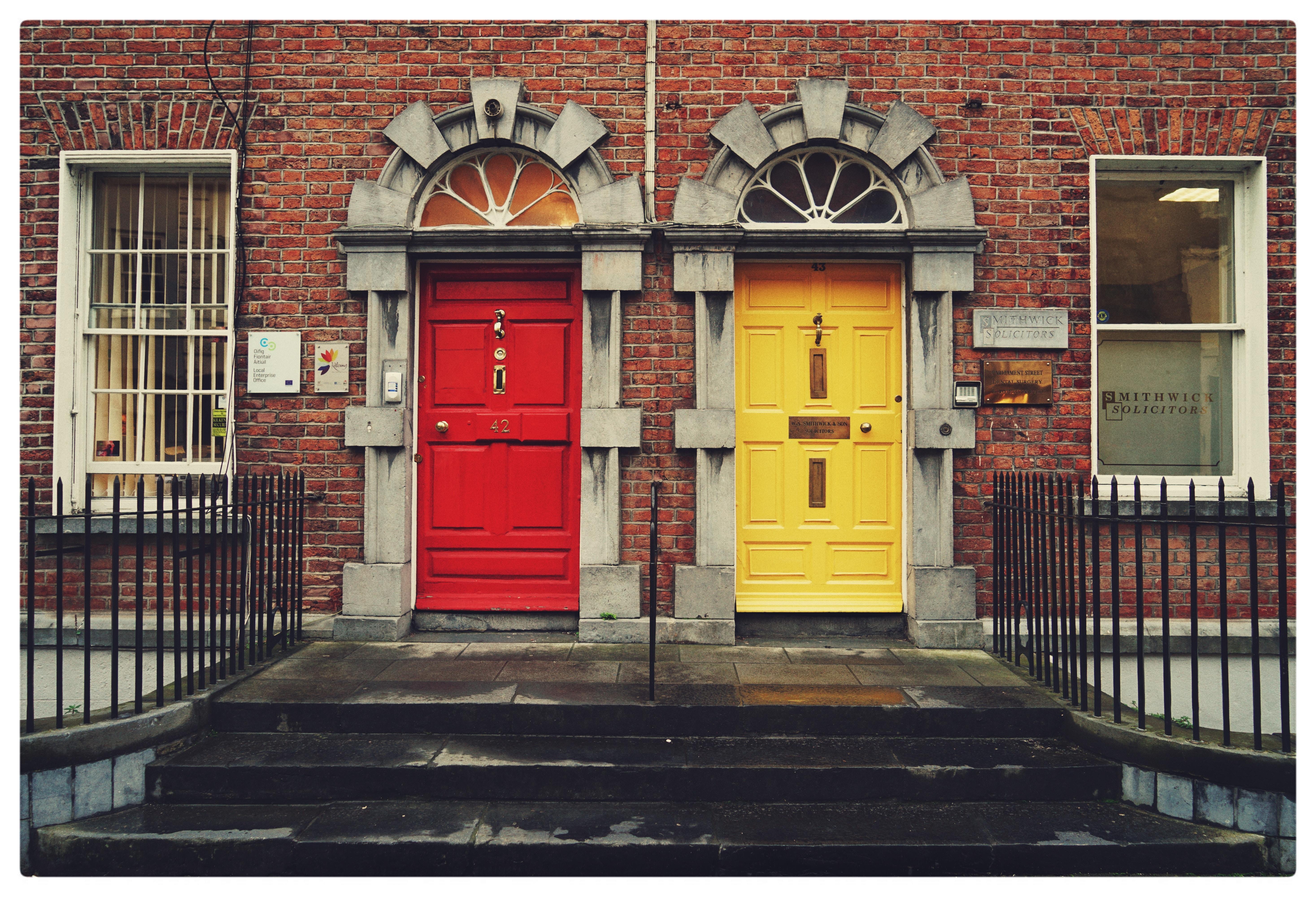 赤色のドアと黄色のドア