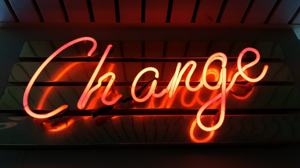 Changeと書かれたネオンサイン