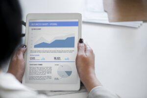 iPadのグラフとチャートを見る女性