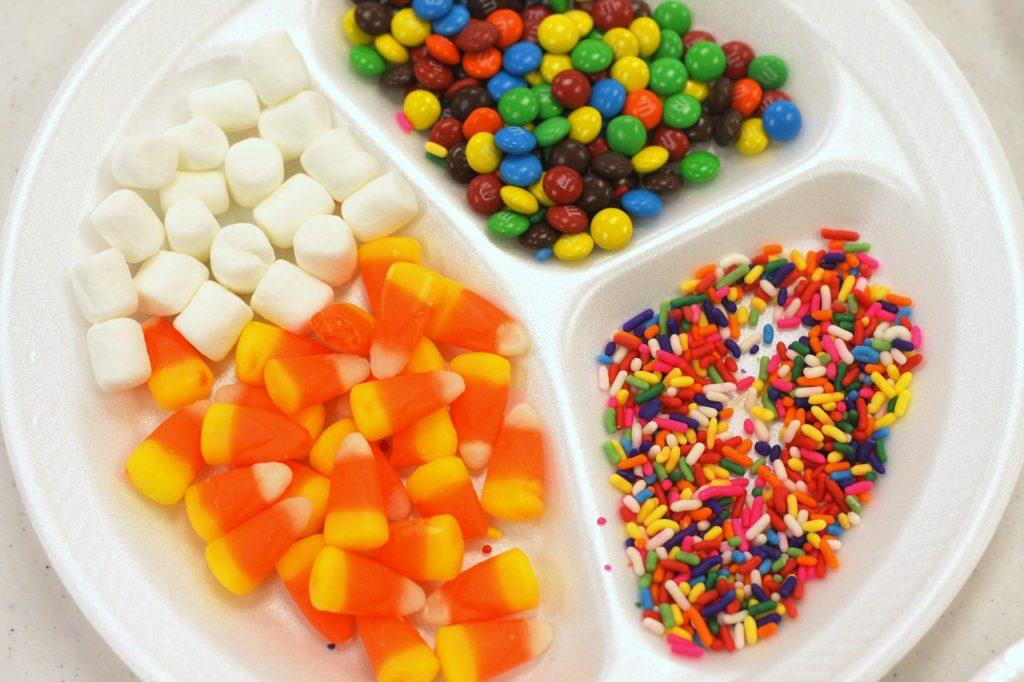 皿に乗ったグミとチョコレートとマシュマロ