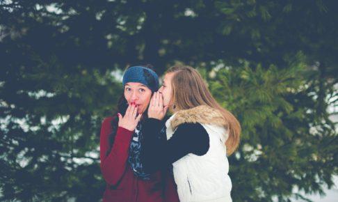 噂話をする二人の女性