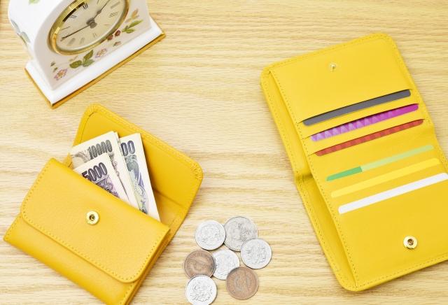 2つの黄色い財布と白い時計