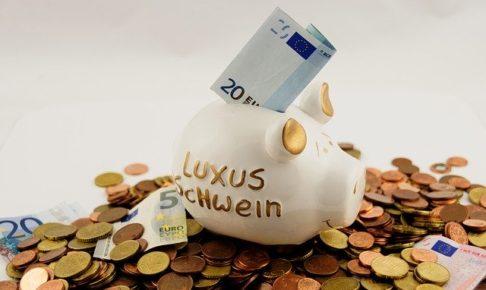 豚の貯金箱から溢れるお金