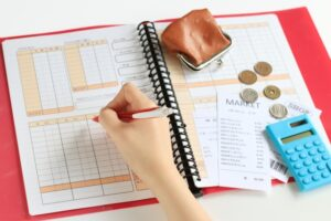 家計簿をつけるイメージ