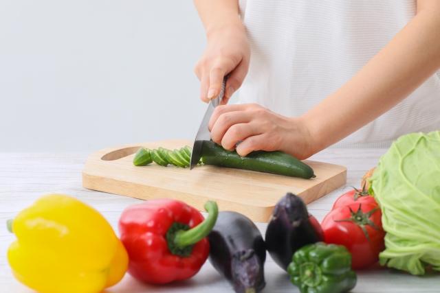 様々な野菜をカットして料理