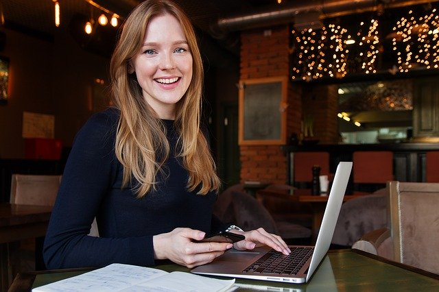 パソコンとスマホを使う外国人女性