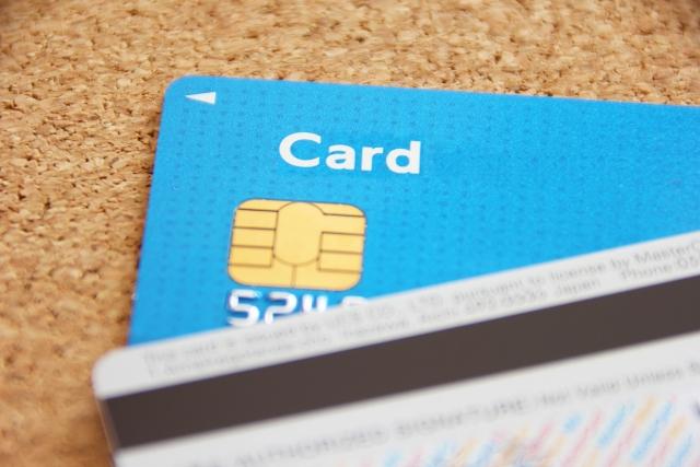 テーブルに置かれたクレジットカード