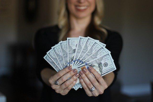 お金を持つ外国人女性