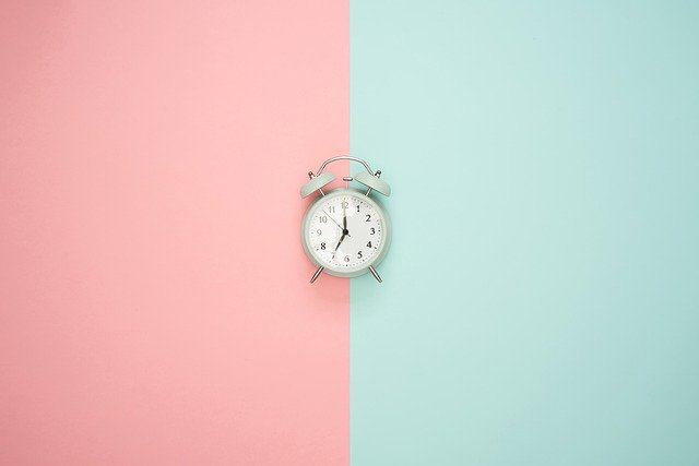 ピンクと水色の拝啓に時計