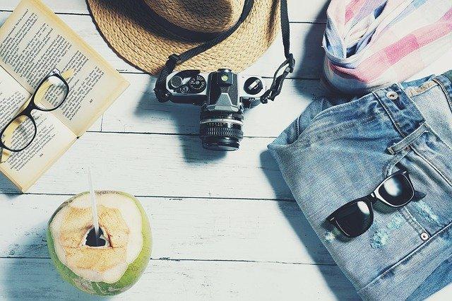 カメラと夏服と本