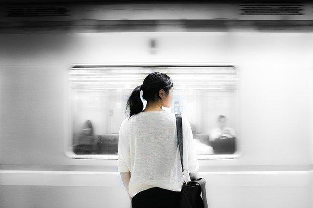 東京メトロでホームで待つ女性
