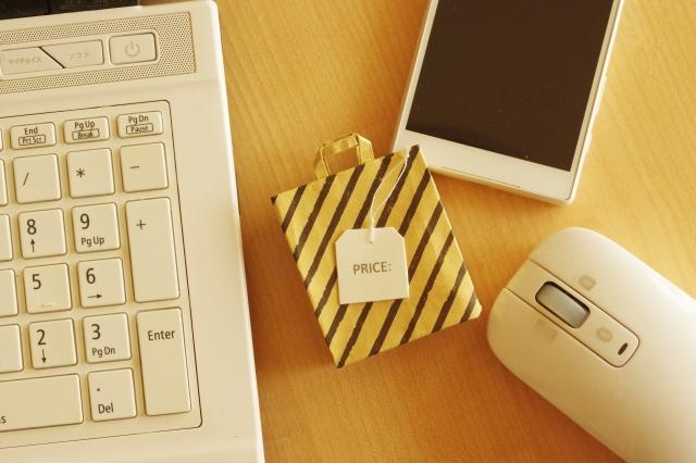 パソコンとスマホとマウスとショッピングバッグ