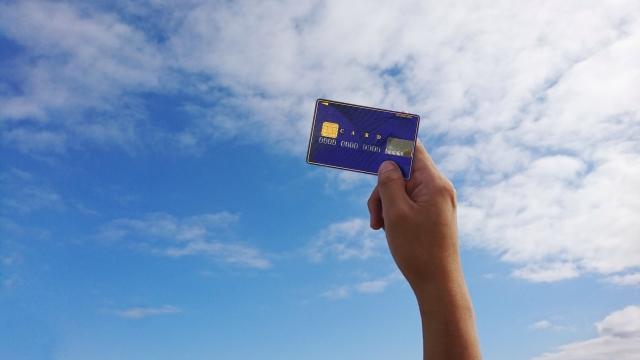 楽天ポイントカードを空にかざす