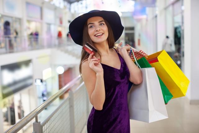 クレジットカードでショッピングをする外国人