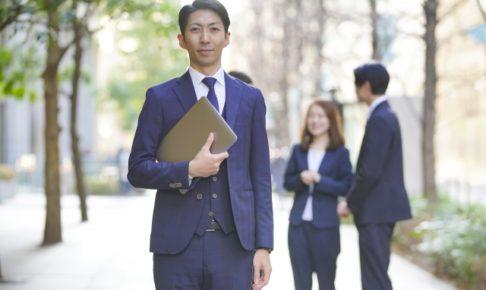 外で立っているビジネスマン