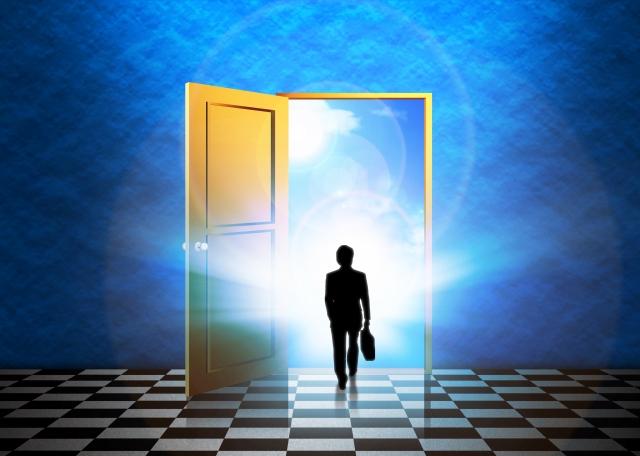 名言に導かれてドアを開け進ビジネスマンのシルエット
