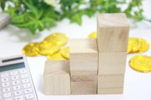 積み重ねたブロックと金貨