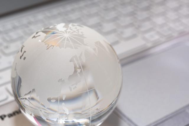 キーボードと地球のクリスタルボール