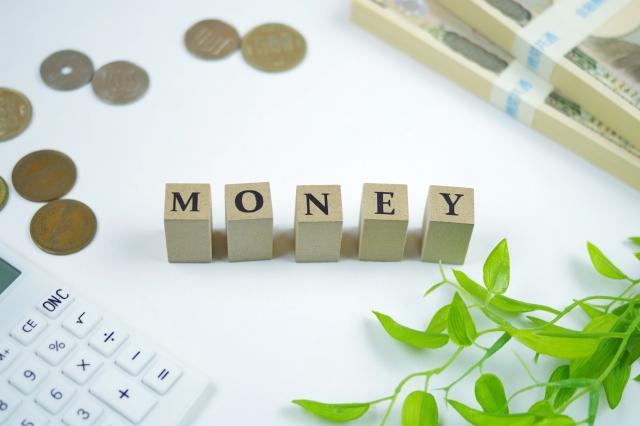 MONEYと書かれたブロックと電卓とお金