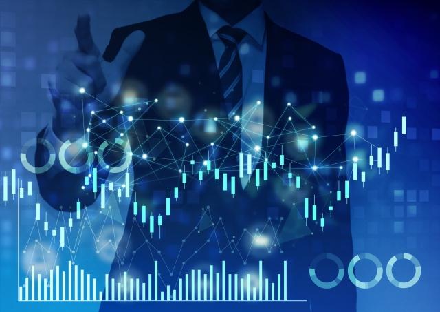 インデックス投資をするビジネスマン