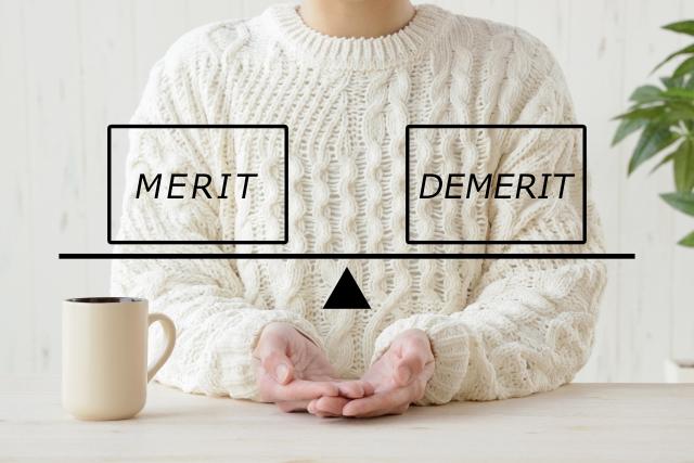 コーヒーカップと白いセーター