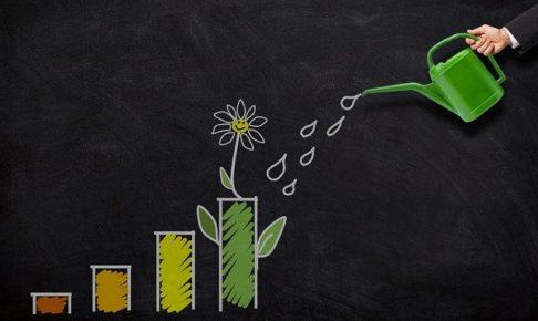 上がる棒グラフから出た花に水を与えるイメージ