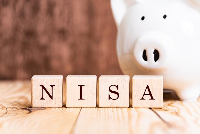 NISAと書かれたブロックと、豚の貯金箱