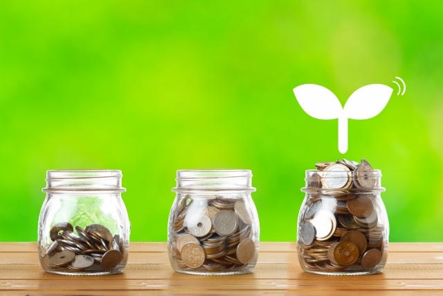 お金が貯まり、芽が出るイメージ