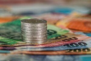 札束と積み上げられたコイン