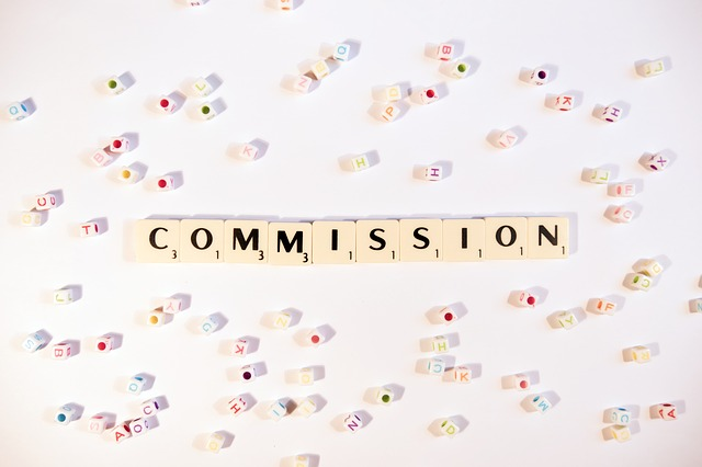 COMMISSIONと書かれたブロック