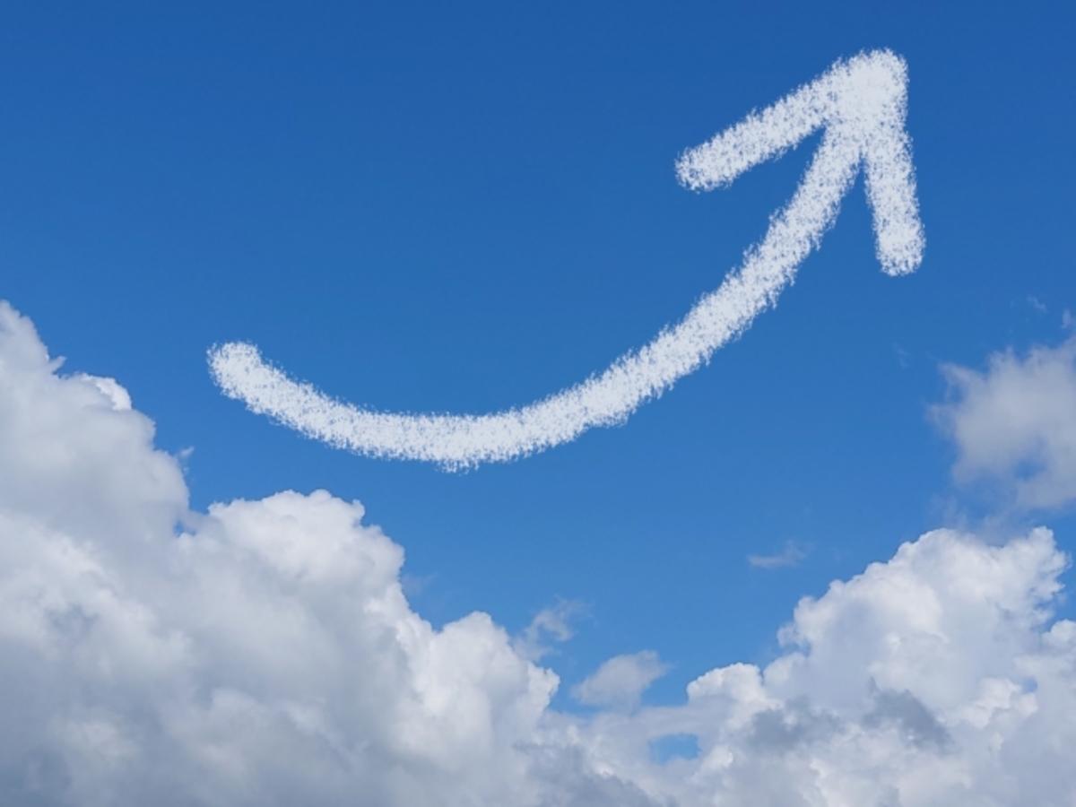 青空に浮かぶ矢印の形の雲