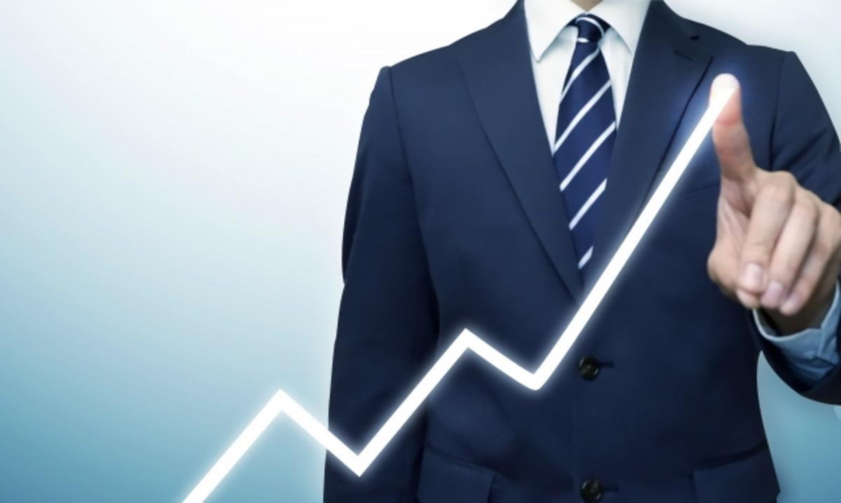 投資の線を描く男性