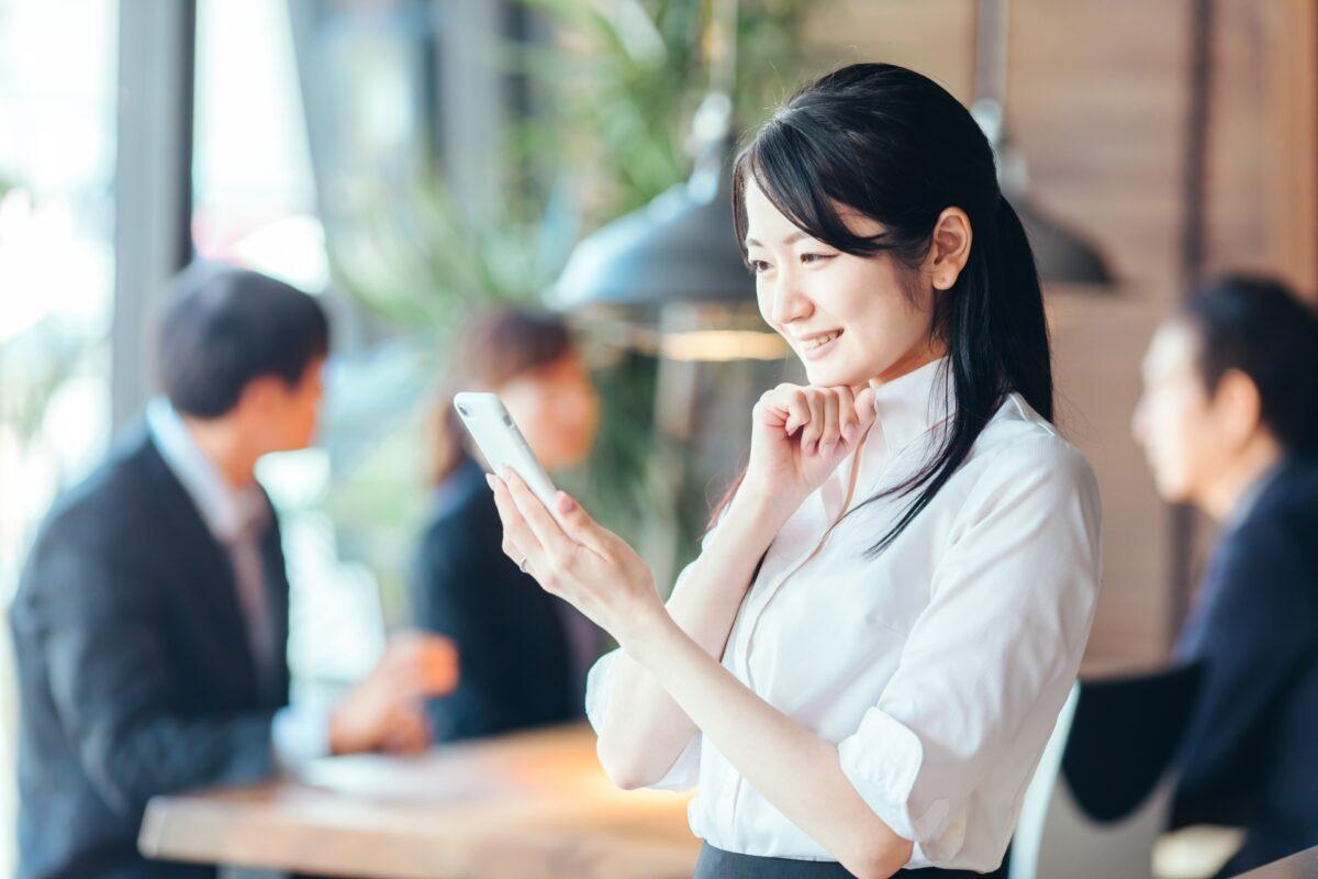 スマホで資産運用の状況を確認する女性のイメージ