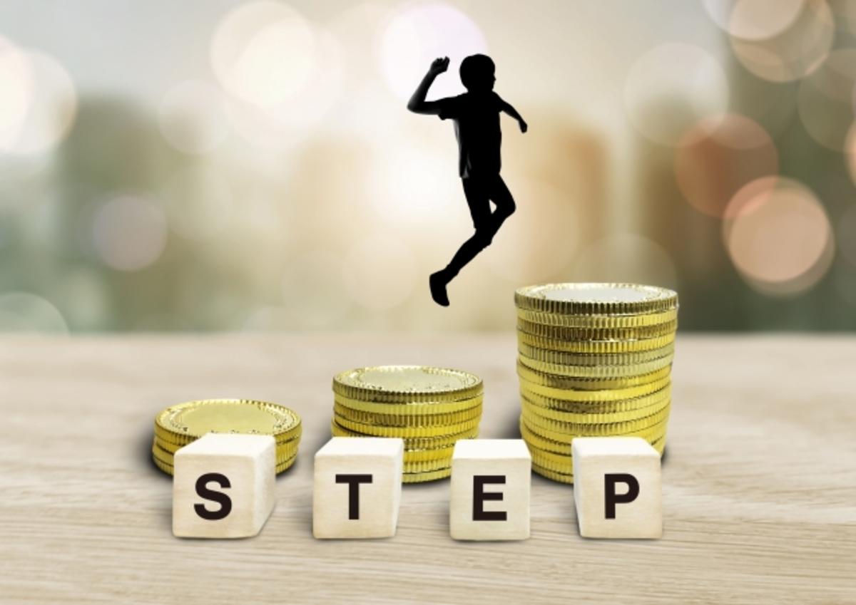 お金と人形、STEPと書かれたブロック