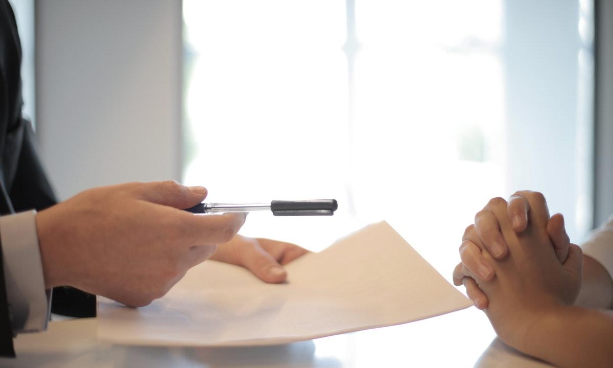 書類を持つ人のイメージ