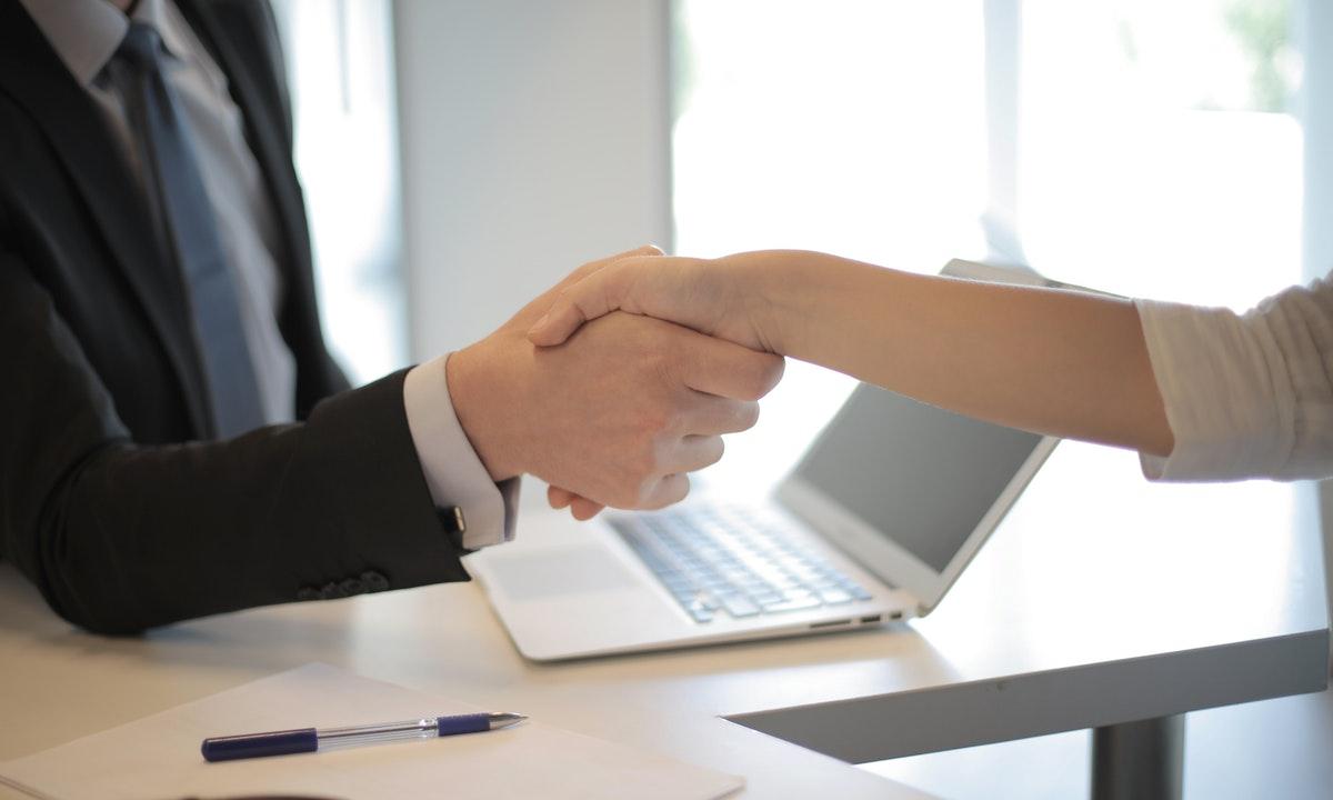 握手する人のイメージ